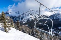 Стул подъема лыжи с взглядом гор Snowy стоковое фото rf