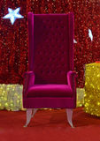 Стул рождества Санта Клауса для распределения подарка Стоковое фото RF