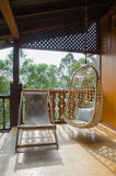 Стул ротанга в тропическом курорте Стоковая Фотография RF