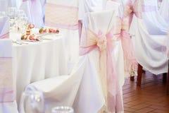 Стул свадьбы с лентой Стоковая Фотография