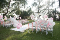 Стул свадьбы украшенный с цветками Стоковое Фото
