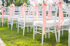 Стул свадьбы украшенный с цветками Стоковые Фотографии RF