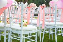 Стул свадьбы украшенный с цветками Стоковая Фотография
