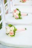 Стул свадьбы украшенный с цветками Стоковые Изображения
