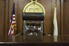 Стул судьи в суде стоковые фотографии rf