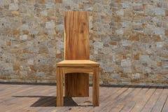 Стул сделанный из твердой древесины на каменной предпосылке Стоковое Изображение