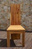 Стул сделанный из твердой древесины на каменной предпосылке Стоковое Изображение RF