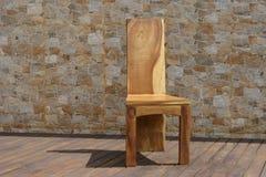 Стул сделанный из твердой древесины на каменной предпосылке Стоковая Фотография