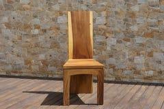 Стул сделанный из твердой древесины на каменной предпосылке Стоковое фото RF