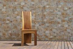 Стул сделанный из твердой древесины на каменной предпосылке Стоковые Фото