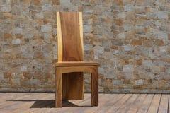 Стул сделанный из твердой древесины на каменной предпосылке Стоковая Фотография RF