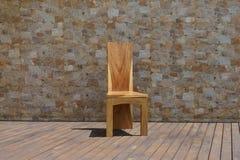 Стул сделанный из твердой древесины на каменной предпосылке Стоковые Фотографии RF