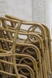 стулы обнаружили местонахождение одно другое вне паркуют бассеин Стоковое Фото