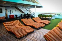 Стулы палубы на туристическом судне Стоковые Изображения RF