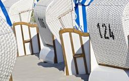 стулы пляжа белые стоковая фотография rf