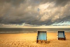 стулы пляжа настилили крышу wicker стоковое изображение