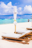 стулы пляжа улучшают белизну песка тропическую Стоковая Фотография