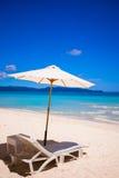 стулы пляжа улучшают белизну песка тропическую Стоковые Фото