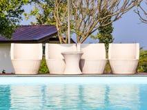 Стулья бассейна белые и таблица Стоковое фото RF