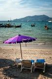 2 стулья и зонтика на пляже Стоковая Фотография
