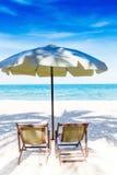 2 стулья и зонтика стоковое изображение rf