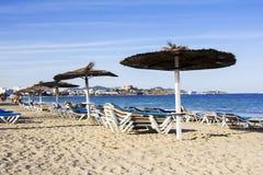 Стулья и зонтики на красивом песчаном пляже Стоковое Изображение RF