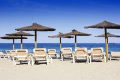 Стулья и зонтики на красивом песчаном пляже Стоковая Фотография