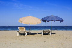 Стулья и зонтики на красивом песчаном пляже Стоковое Фото
