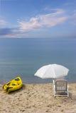 Стулья и каное на пляже Мечт каникулы пляжа Стоковое Фото