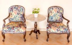 Стулья и таблица года сбора винограда установленные с украшением вазы, внутренним Стоковые Фотографии RF