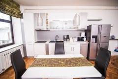 Стулья и таблица и кухня в столовой стоковая фотография rf