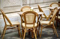 Стулья и таблицы в кафе улицы Стоковое Фото
