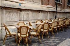Стулья и таблицы в кафе улицы Стоковые Изображения