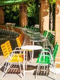 Стулья и таблицы на террасе бара Стоковые Изображения