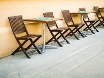 Стулья и таблицы на улице - coffe, пабе Стоковая Фотография RF