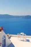 Стулья крыши на Santorini Греции Стоковое Фото