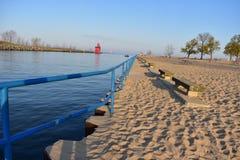 Стулья маяка и камня на пляже Голландии Стоковое Фото