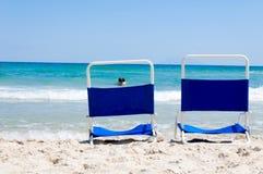 Стулья на пляже Стоковые Изображения RF