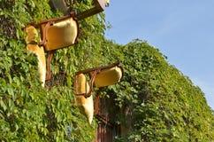 Стулья на стене дома Стоковые Изображения