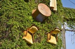 Стулья на стене дома Стоковые Фото