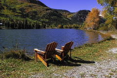 Стулья озером Стоковая Фотография