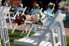 Стулья свадебной церемонии и букет роз Стоковое Фото