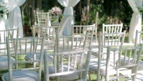 Стулья свадьбы вытягивают вне слайдер сток-видео