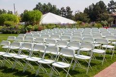Стулья складчатости на свадьбе сада стоковое фото