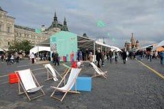 Стулья для посетителей книжной ярмарки на красной площади в Москве Стоковая Фотография RF