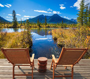 2 стуль и круглый стол на озере Стоковые Изображения RF