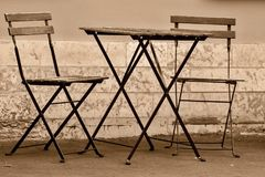 2 стуль и одна таблица на улице Стоковая Фотография