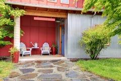 2 стуль перед входом к большому красному дому Стоковые Изображения RF