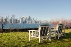 2 стуль с взглядом метрополии Стоковые Фотографии RF