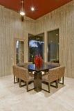 4 стуль с круглым обеденным столом на кафельном поле Стоковое Изображение RF